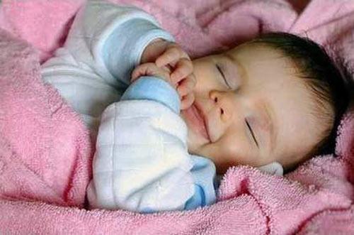 Giữ ấm đúng cách cho trẻ sơ sinh vào mùa lạnh